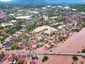 ภาพมุมสูงน้ำท่วมเมืองไซยะบูลี ถ่ายโดย Bay Xaysavanh และ Mr.Bay Discovery Laos ซึ่งเพจ AeroLaos ได้นำมาเผยแพร่ต่อในช่วงบ่ายวันนี้