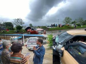 ญาติร่ำไห้รับศพเหยื่ออุบัติเหตุ BMW สปอร์ตพุ่งข้ามเกาะกลางชนเก๋งดับ 3 เจ็บ 1