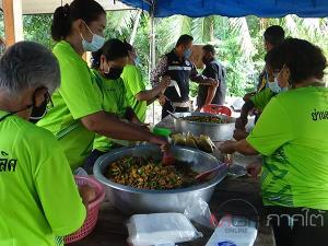 ชุมชนย่านตาขาวเปิดครัวปรุงอาหารแจกดูแลครอบครัวผู้ติดเชื้อโควิด-19