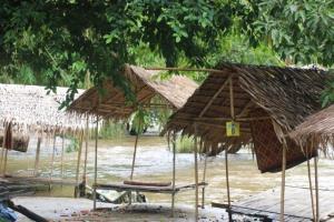 ฤดูฝนเริ่มเยือนสังขละบุรี นอภ.แจ้งเตือนประชาชนเฝ้าระวังน้ำป่าไหลหลาก หลังพบแม่น้ำซองกาเลียมีน้ำขุ่นโคลน-ไหลเชี่ยว