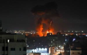 อิสราเอลหวนกลับมาถล่มกาซาอีกรอบ ทัพยิวเผยตอบโต้บอลลูนไฟของฮามาส