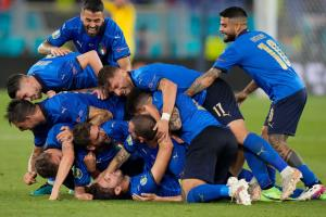"""""""โลคาเตลลี"""" ซัดเบิ้ล """"อิตาลี"""" เชือดนิ่ม """"สวิส"""" 3-0 การันตีตั๋วรอบน็อกเอาต์ทีมแรก"""