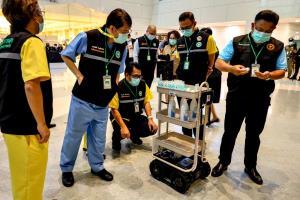 กห.โดย สทป. สนับสนุนทีมแพทย์ในโรงพยาบาลบุษราคัม มอบหุ่นยนต์ให้บริการทางการแพทย์ (D–EMPIR CARE)