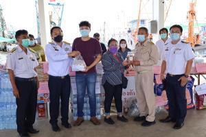มอบถุงยังชีพช่วยเหลือลูกเรือประมง 33 คน ถูกกักตัวในเรือ หลังพบแรงงานพม่าติดเชื้อโควิด-19