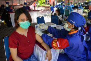 รณรงค์ฉีดวัคซีนโควิด-19 ที่เมืองเดนปาซาร์ บนเกาะบาหลี ของอินโดนีเซีย ในวันเสาร์ (26 มิ.ย.)