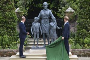In Pics: ชมภาพเจ้าชายวิลเลียม-เจ้าชายแฮร์รีทรงเปิดอนุสาวรีย์เจ้าหญิงไดอานาในพระราชวังเคนซิงตัน
