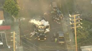 นาทีระทึก! ตูมสนั่นรถปลดชนวนระเบิดตำรวจสหรัฐฯ พังเละ บาดเจ็บอย่างน้อย 17 คน (ชมคลิป)