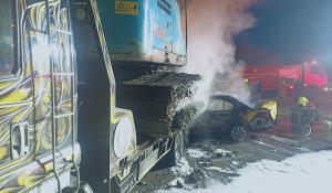 แท็กซี่ชนรถบรรทุก ไฟลุกท่วมคลอกดับ 1 ราย