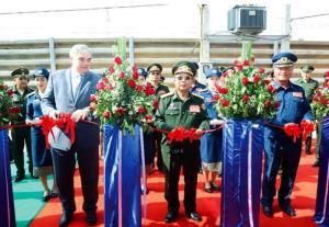 วลาดิเมียร์ กาวีมิน (ซ้าย) เอกอัครราชทูตรัสเซีย ประจำลาว ในพิธีมอบศูนย์ฝึกทหารอากาศให้แก่กองบัญชาการทหารอากาศลาว ที่กองบัญชาการ กองพันใหญ่ 703 นครหลวงเวียงจันทน์ โดยมี พล.อ.จันสะหมอน จันยาลาด (กลาง) รัฐมนตรีกระทรวงป้องกันประเทศ เป็นผู้รับมอบ เมื่อวันที่ 20 มกราคม 2563