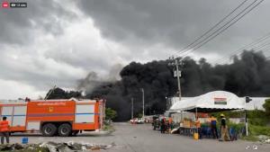 ปะทุครั้งที่ 4! เพลิงลุกโหมโรงงานกิ่งแก้วอีกรอบ นักดับเพลิงระดมพลรีบควบคุมควัน มีฝนตกหวั่นเป็นฝนพิษ