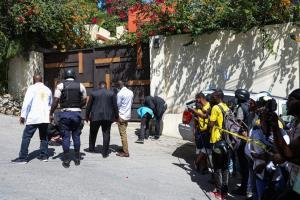เจ้าหน้าที่ตำรวจและผู้เชี่ยวชาญด้านนิติเวชศาสตร์ของเฮติ กำลังเข้ารวบรวมหลักฐานบริเวณด้านนอกบ้านพักประธานาธิบดีเฮติในวันที่ 7 กรกฎาคม 2021 หลังเกิดเหตุลอบสังหารประธานาธิบดีโฌเวแนล โมอิส คาบ้านพัก