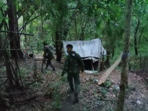 รวบต่างด้าวคาแคมป์ 4 ราย พร้อมจับคนไทยซุก 6 พม่าในกระบะมุ่งหน้าทำงาน จ.ชลบุรี จ่ายค่าหัว 25,000 บาท