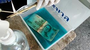 แม่ค้าขายหวยงัดมาตรการป้องกันโควิด-19 นำเงินแช่น้ำยาฆ่าเชื้อทำให้ยอดขายเพิ่ม