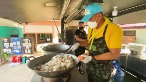 ลพบุรีจัดตั้งครัวสนามรับกว่า 200 ครอบครัว จากคลัสเตอร์โรงงานแปรรูปเนื้อไก่บริษัท บีฟู้ดส์
