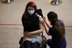 ดีหรือไม่ดี! สาววัย 17 นอร์เวย์เจอผลข้างเคียงประหลาด ฉีดวัคซีนโควิดไฟเซอร์ 'หน้าอกโตขึ้น'