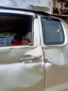 ระทึก! สาวขับรถรับคนงานกลับเข้าหมู่บ้านป่าละอู เจอช้างมีงาโผล่วิ่งเข้าใส่รถเสียหาย โชคดีไม่มีใครได้รับบาดเจ็บ