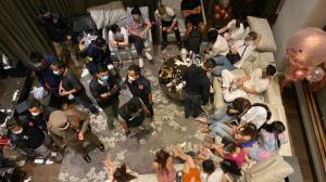 บุกรวบวัยรุ่น 21 ราย เปิดโรงแรมมั่วสุม กินเลี้ยงวันเกิด พบฉี่ม่วงเพียบ