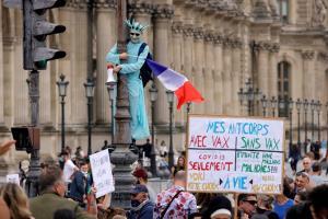 ละเมิดเสรีภาพ! คนนับแสนชุมนุมทั่วฝรั่งเศส ประท้วงแผนบังคับแสดงใบรับรองโควิดก่อนเข้าพื้นที่สาธารณะ