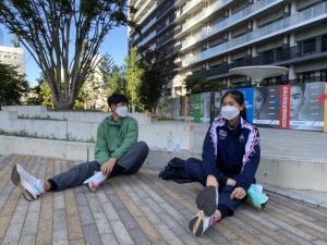 """2 จอมเตะ """"เทนนิส-จูเนียร์"""" ถึงโตเกียว โดนคุมเข้มห้ามออกจากห้องพักเด็ดขาด!!!"""