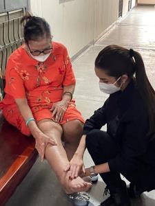 """""""ดร.ม่านฟ้า"""" ยื่นมือช่วย """"ป้าแมวดาวพระศุกร์""""  ป่วยหลายโรค ยันไม่ถูกตัดขา"""