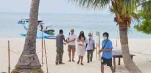 นักท่องเที่ยวสมุยพลัสโมเดลกลุ่มแรก ถึงหาดถ้ำร้าง อช. หมู่เกาะอ่างทอง แล้ว พร้อมคุมเข้มมาตรการโควิด-19