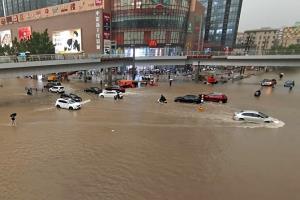 ผวาเขื่อนถล่ม! จีนอพยพคนนับหมื่นหลังฝนตกหนัก ภาพอึ้งน้ำท่วมรถไฟใต้ดินถึงเอวผู้โดยสาร (ชมคลิป)