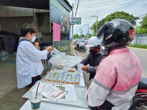 แม่ค้าขนมไทยราชบุรีทำอาหารแจกให้ไรเดอร์กว่า 400 กล่อง หลังมีดรามางานหดหาย