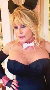 """""""ดอลลี พาร์ตัน"""" วัย 75 หวนเป็นกระต่าย Playboy ฉลองวันเกิดสามี"""