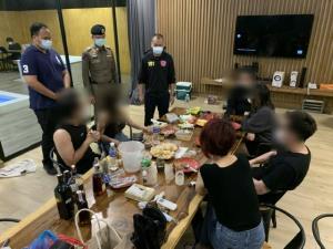 รวบ 6 หนุ่มสาวเปิดโรงแรมหรูเลียบด่วนรามอินทราฯ จัดปาร์ตี้วันเกิดแฝงค้ากามไม่สนโควิด
