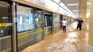 สื่อจีนรายงานข่าวช็อก มีผู้โดยสารตายคารถไฟใต้ดินที่ถูกน้ำท่วม 12 ศพ (ชมคลิป)