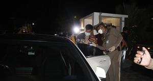 บุกจับ 2 ผู้ต้องหาเช่าบ้านหรูกลางเมืองบางละมุงเปิดเว็บพนันออนไลน์ ยึดทรัพย์ 20 ล้าน