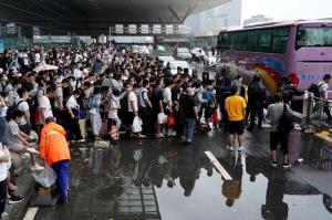 ประชาชนในเจิ้งโจว เข้าแถวขึ้นรถโดยสารที่สถานีรถไฟเจิ้งโจวตะวันออก ในเจิ้งโจว มณฑลเหอหนาน ที่หยุดให้บริการ (ภาพซินหัว)