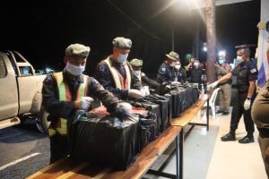 ทหารพราน นย.ที่ 4 จันทบุรี จับขบวนการขนบุหรี่ต่างประเทศเถื่อน ยึดของเกือบ 3,000 ซอง