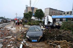 สภาพความเสียหายจากอุทกภัยที่เกิดขึ้นในเมืองกงอี้ เมืองระดับอำเภอซึ่งตั้งอยู่ใกล้ๆ เจิ้งโจว เมืองเอกของมณฑลเหอหนาน ทางภาคกลางของจีน  (ภาพถ่ายวันที่ 22 ก.ค. 2021)