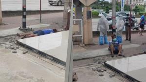 ลุ้นแทบขาดใจ เผยนาที! ชายล้มลงคว่ำหน้าข้างถนน ก่อนรอรับการช่วยชีวิตนานกว่า 20 นาที (ชมคลิป)