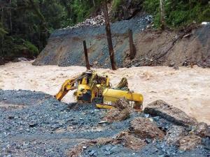 ไซต์งานก่อสร้างเขื่อนน้ำลอง 2 ที่ถูกน้ำท่วมจนเครื่องจักรหลายรายการได้รับความเสียหาย (ภาพจากเพจข่าวสารพลังงานและบ่อแร่)