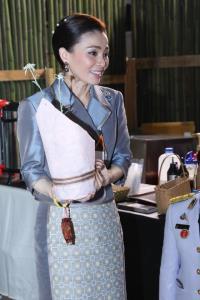 พระราชินี พระราชทานแจกันดอกไม้และของเยี่ยม แก่พยาบาล รพ.เจริญกรุงประชารักษ์ป่วยจากโควิด-19