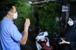 """""""อนุทิน"""" ลงพื้นที่ช่วงดึกต่อเนื่องย่านประชาอุทิศ -บางบัวทอง หาเตียงให้ผู้ป่วยถึงบ้าน"""