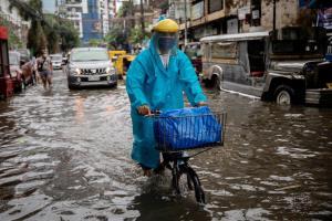 ฝนถล่มอ่วม! ปินส์สั่งอพยพคน 1.4 หมื่นใน 'มะนิลา' หนีน้ำท่วม