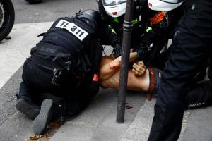 ผู้ชุมนุมฝรั่งเศสปะทะตำรวจ คนนับแสนประท้วงต้านบังคับฉีดวัคซีน-ใช้บัตรรับรองปลอดโควิด (ชมคลิป)