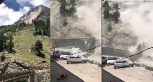 นาทีระทึก! หินถล่มจากยอดเขาทับสะพานขาดครึ่ง รถยนต์พังยับ คร่าชีวิต 9 รายในอินเดีย (ชมคลิป)