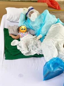 เป็นทุกอย่างให้เธอแล้ว! บุคลากรทางการแพทย์สวมชุด PPE ดูแลป้อนนม หนูน้อยที่ติดเชื้อโควิด-19