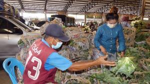 เกษตรกรผู้ค้าตลาดศรีเมือง รวมตัวเรียกร้องคำสั่งปิดตลาดแต่ไม่มีมาตรการรองรับ