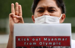 ชาวพม่าชุมนุมชู 3 นิ้วหน้าสนามกีฬาโตเกียวโอลิมปิกประท้วงรัฐประหาร