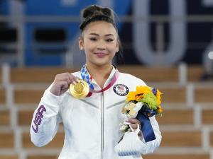 """""""สุนิสา ลี"""" ยิมนาสติกสาวเชื้อสายม้ง-อเมริกัน ผงาดซิวเหรียญทองโอลิมปิก 2020"""