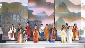 (ชมคลิป) วัยรุ่นจีนฟื้นชีพแฟชั่น 'ฮั่นฝู' อาภรณ์โบราณทรงคุณค่า