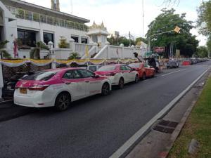 """""""แท็กซี่"""" นับ 100 คันจอดประท้วง """"คมนาคม"""" เรียกร้อง """"นายกฯ"""" พักหนี้-ยกเลิกกฎกระทรวงแอปฯ เรียกรถ"""