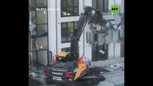 เละเลย! แค้นได้เงินไม่ครบ คนงานขับรถตักดินทำลายอาคารสร้างใหม่พังยับ (ชมคลิป)