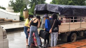 พม่าส่งสาวไทยกลับชุดแรก 19 ราย พบติดโควิด 5 หลังหนีข้ามแดนทำงานท่าขี้เหล็ก