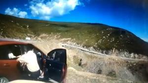นาทีช็อก! จอดรถไม่ดึงเบรกมือ รถไหลตกหน้าผาหวิดคร่าชีวิตคนโดยสาร (ชมวิดีโอ)